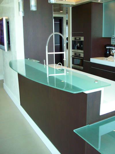 Frosted glass counter top and breakfast table artistry - Encimeras de cocina de cristal ...